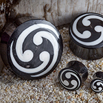 Black horn plugs with trinity inlay (White)