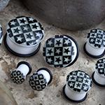 Single flare glow in the dark checkerboard with stars plug